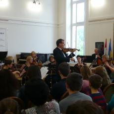 Juniki Spartakus a zenekar koncertmestere szólózik